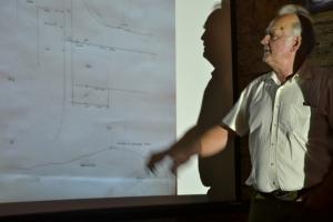 Georges Trakas devant un plan dessiné